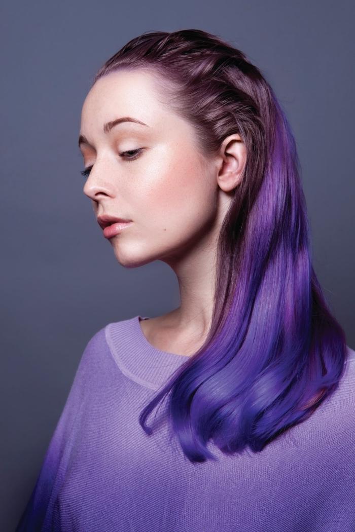 couleur violine pour cheveux tendance 2018, maquillage naturel avec poudre et rouge à lèvres rose