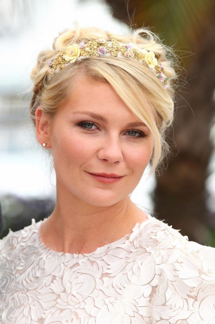 couronne de fleurs dans les cheveux de Kirsten Dunstt, robe blanche dentelle