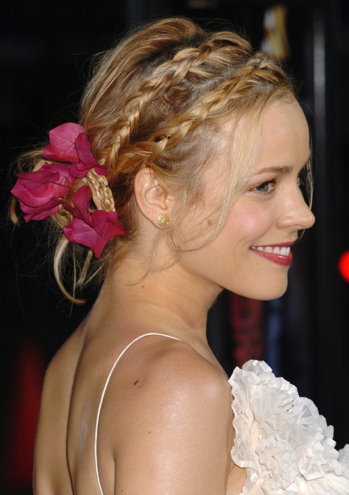 coiffure en tresses et accessoire fleur, cheveux blonds, robe au dos nu, coiffure demoiselle d'honneur