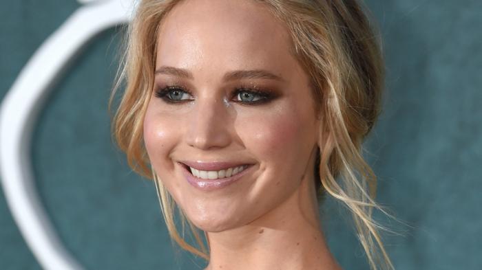 Jennifer Lawrence avec un maquillage dramatique, rouge à lèvres rosen chignon loose