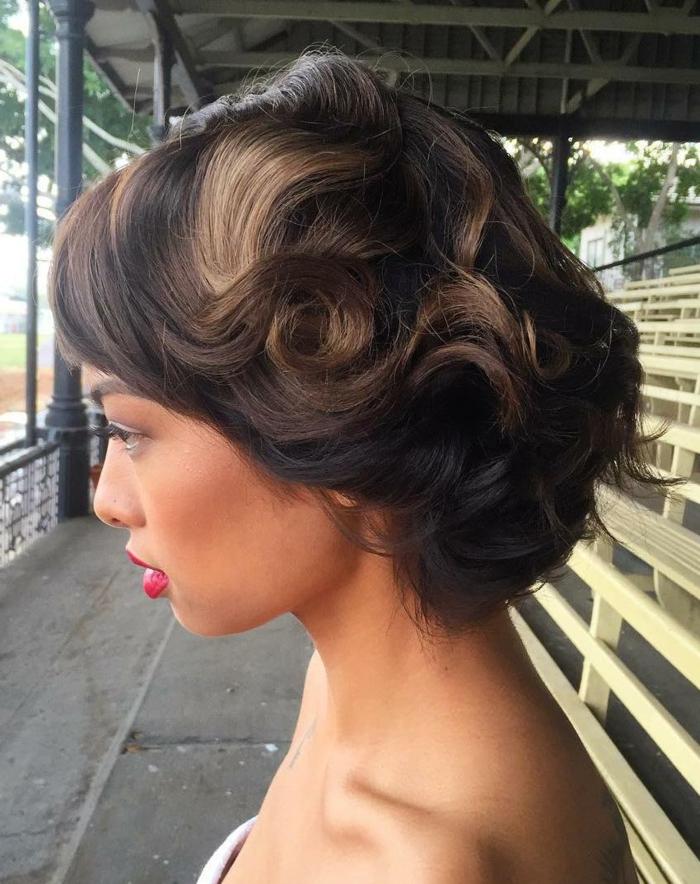 une jeune femme avec une coiffure facile cheveux mi long, maquillage pour occasion spéciale