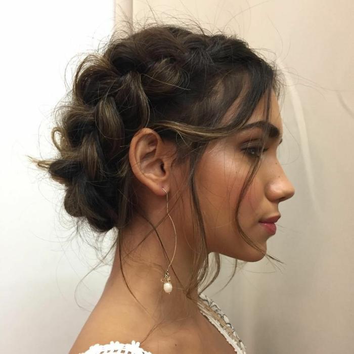 tenue d'invité de mariage, coiffure facile cheveux longs, mèches échapées, boucles d'oreilles subtiles