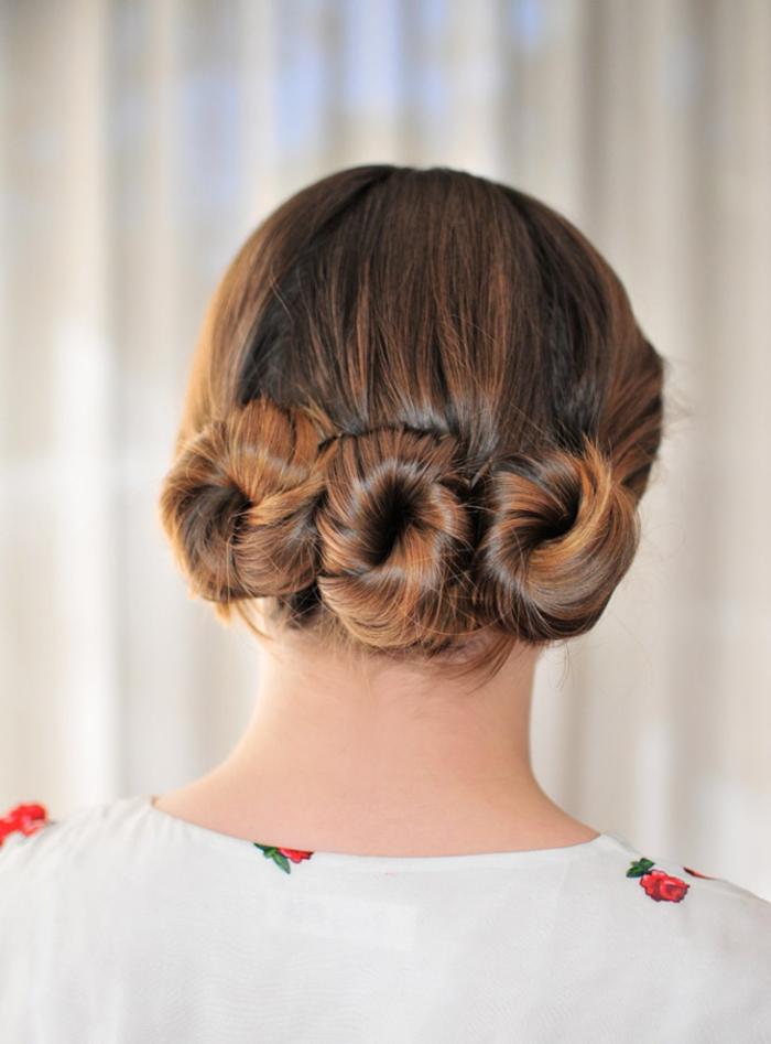 une coiffure facile et rapide pour les femmes pressées, un chignon triple bun original réalisé en peu de temps