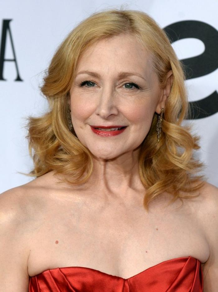coiffure femme cinquante ans mi long, carré bouclé mi long, une célébrité blonde