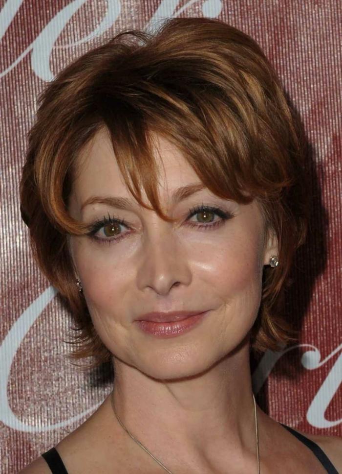 coiffure femme courte, cheveux chatains, coupe courte frangée, yeux noisette