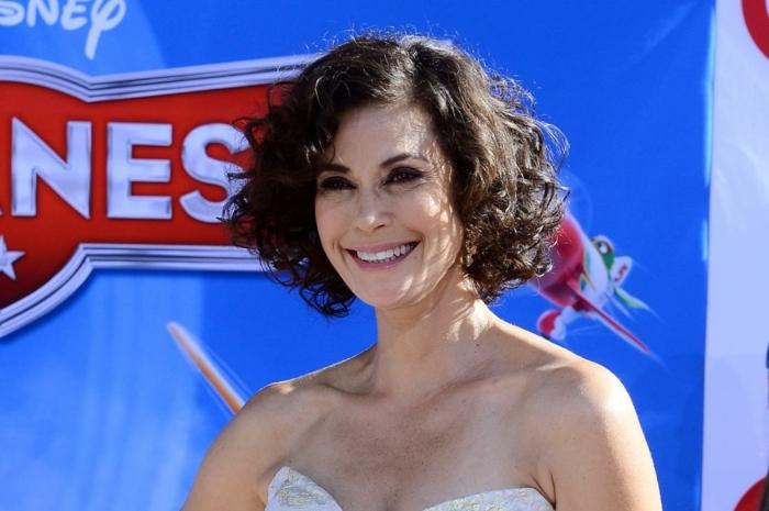 coiffure femme mi-long, carré bouclé cheveux noirs, robe bustier blanche