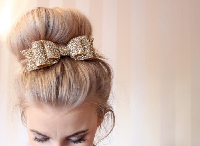 modele de coiffure, cheveux longs attachés en chignon de style barbe à papa avec papillon décoratif en paillettes dorées