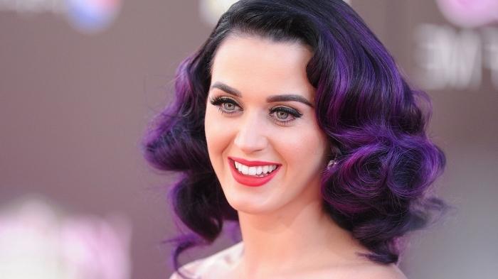 Katy Perry avec couleur cheveux violine, coupe de cheveux mi-longs et bouclés aux racines noires et pointes violettes