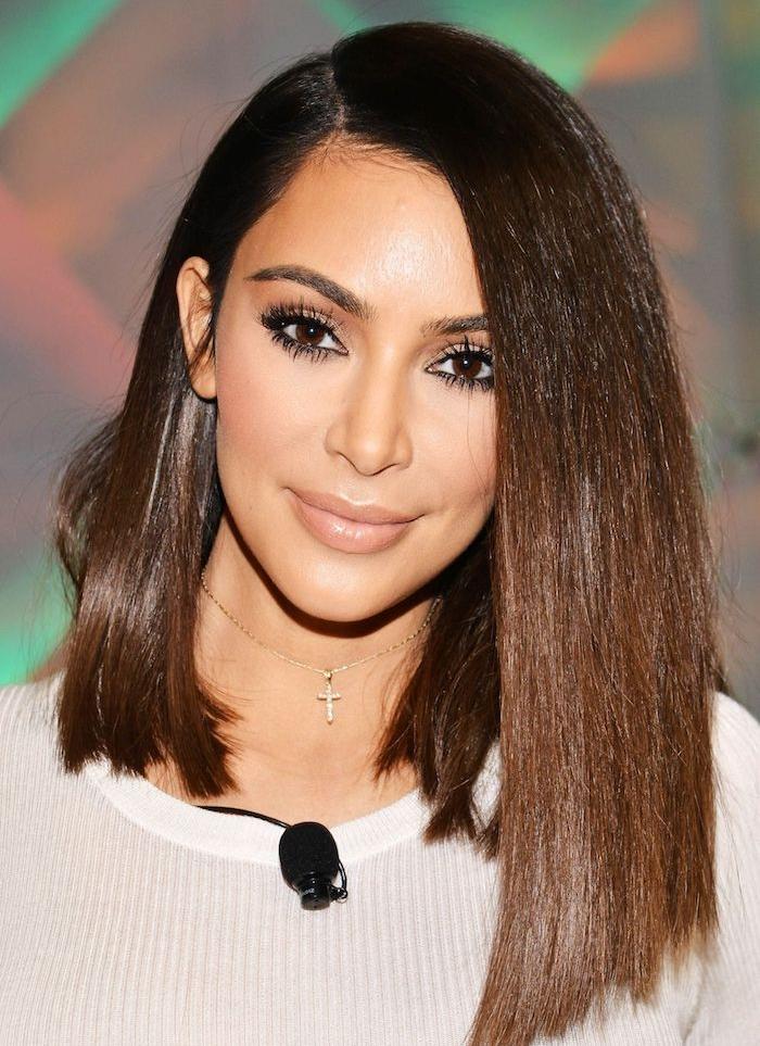 kim kardashian avec un carré plongeant long classique, mèches de devant plus longues, pull femme blanc