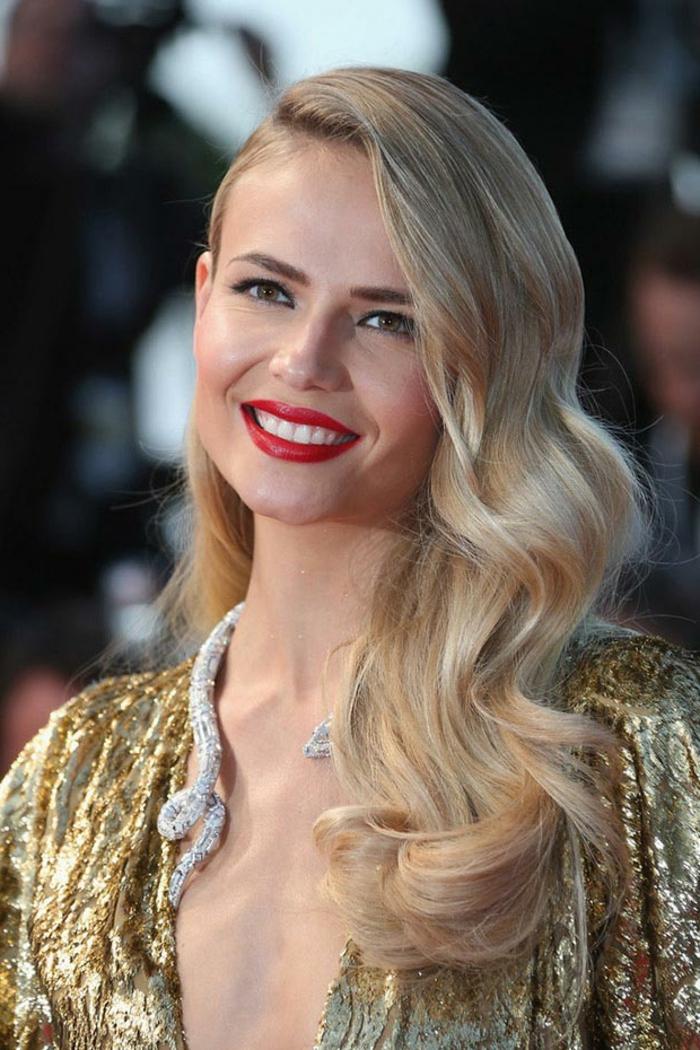 coiffure asymétrique, coiffure mariage cheveux detaches, cheveux ondulants blonds