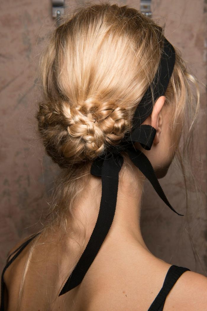 chignon tressé, ruban noir, cheveux blonds et style élégant pour un mariage