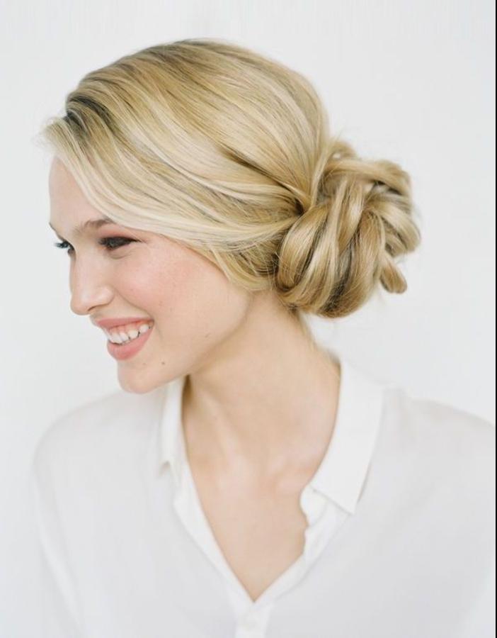 une coiffure mariage facile pour cheveux longs avec un chignon lâche déplacé, vision romantique et chic pour le jour j