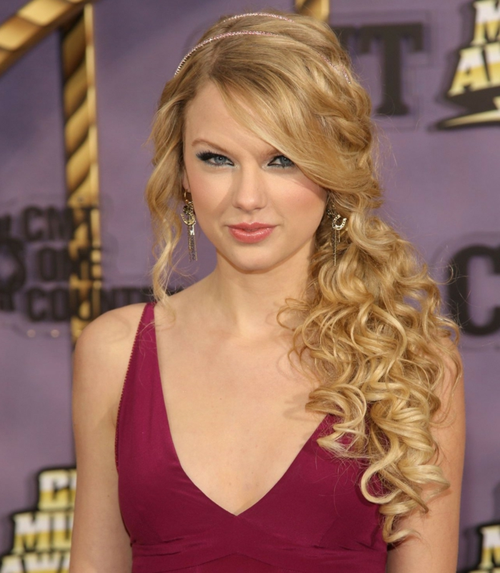 longs cheveux bouclés avec la frange de côté et deux diadèmes roses subtimes, coiffure mariage invitée