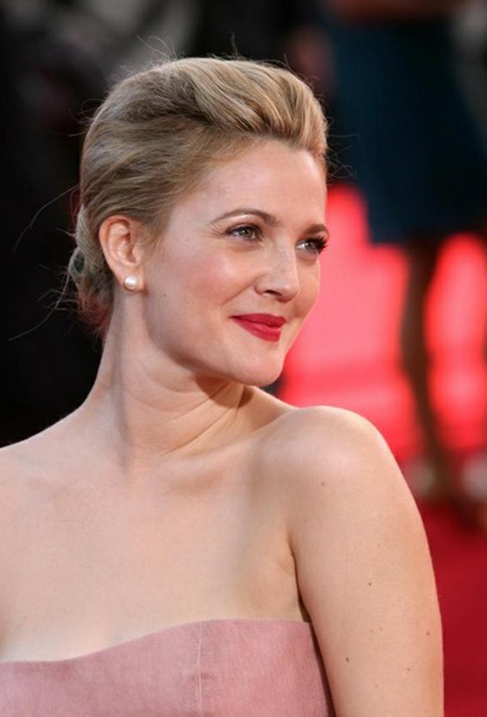 Drew Barrymore, coiffure mariage ivitée, cheveux mi longs, robe bustier et rouge à lèvres