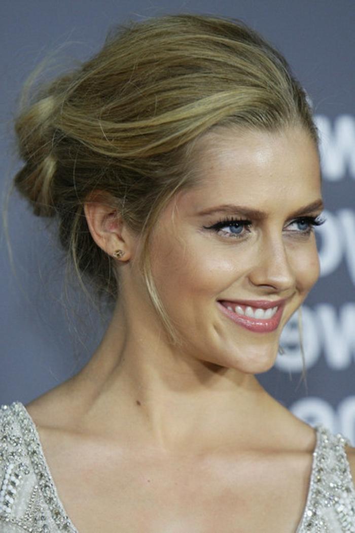 chignon latéral sur cheveux blonds, coiffure mariage invitée ou demoiselle d'honneur