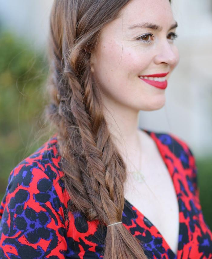 tresse sur le coté, idée de trois tresses superposées en épi, coiffure femme volumineuse, robe rouge à motifs noirs et bleus