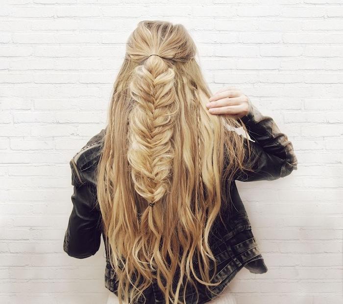 exemple de tresse en épi au milieu sur des cheveux lachés légèrement ondulés, veste en jean, coiffure femme boheme chic
