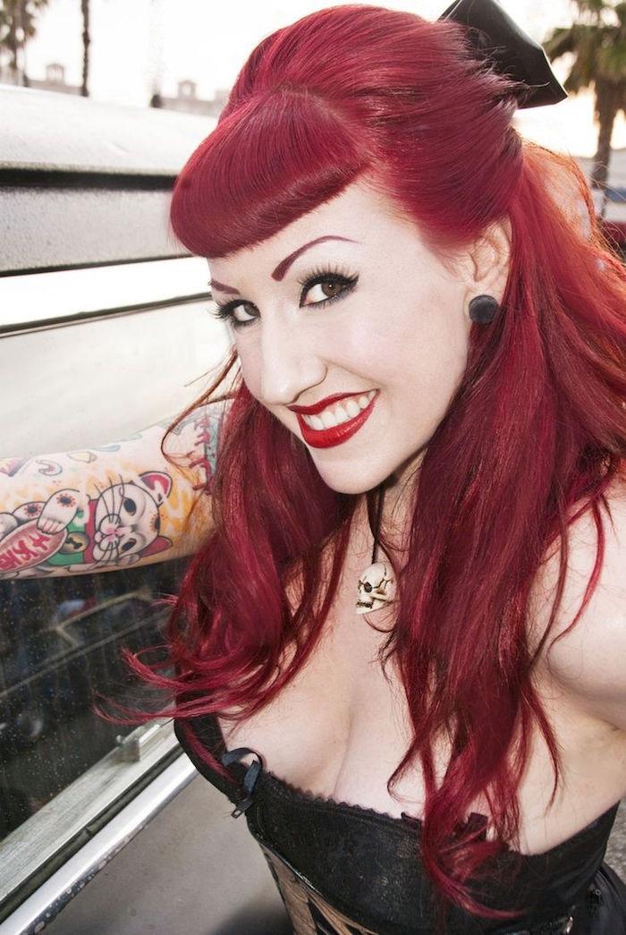 style années 50 coiffure cabaret pin up femme style rockabilly frange cheveux rouges