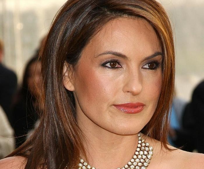 coiffure femme cheveux lisses, yeux marrons, collier de luxe, peau bronzée