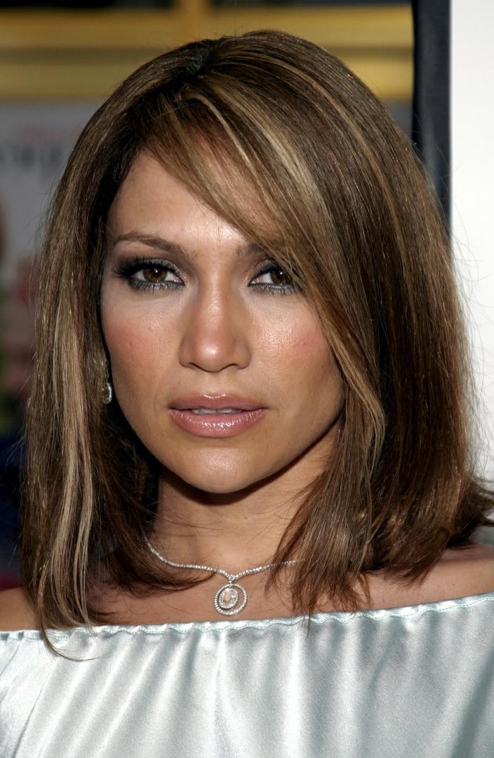Jennifer Lopez avec une belle coupe pour party romantique, maquillage aux yeux marron