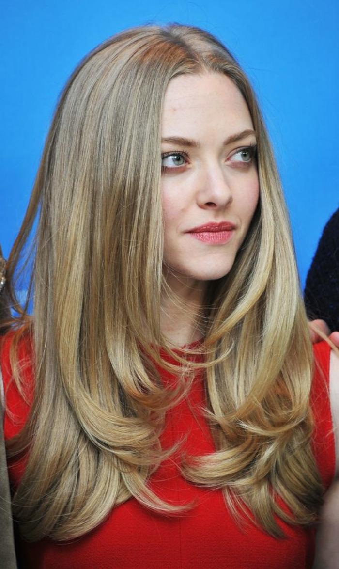 visage ovale coiffure sur cheveux longs et blonds, avec des mèches étagées, raie au milieu, mèches cendres, coupe volumineuse