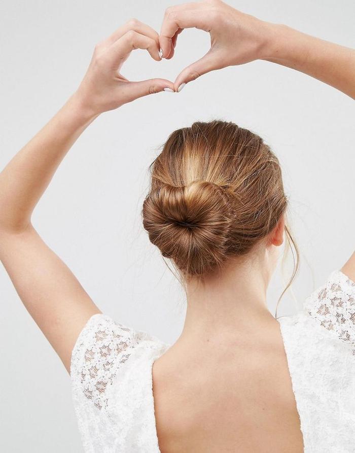 idée pour une coiffure facile et rapide pour la saint-valentin avec chignon en forme de coeur réalisé avec un donut