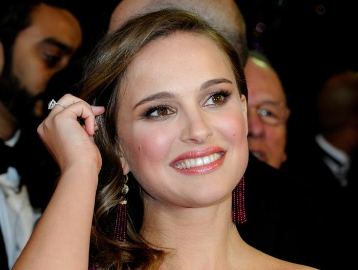 maquillage yeux marron, Natalie Portman, coiffure simple pour cheveux mi-longs