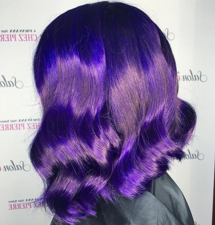 coupe de cheveux mi-longs dégradés de nuance violet, cheveux violine aux reflets bleu foncé sur base marron