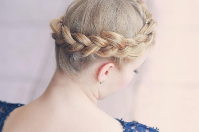 modèle de coiffure sur cheveux longs avec une couronne originale de tresse diagonale
