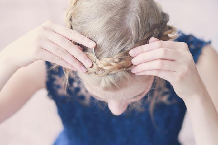 tuto coiffure tresse, comment fixer la tresse diagonale avec épingle à cheveux pour former une couronne