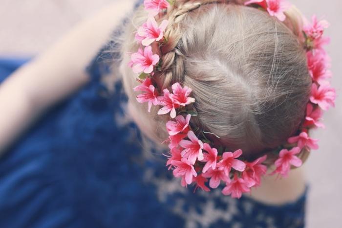 modèle de coiffure romantique en couronne de fleurs et tresse diagonale réalisée sur cheveux longs