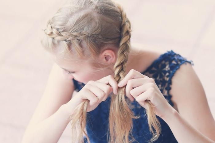 tuto coiffure, cheveux longs et blonds en couronne de tresse longue réalisée en diagonale