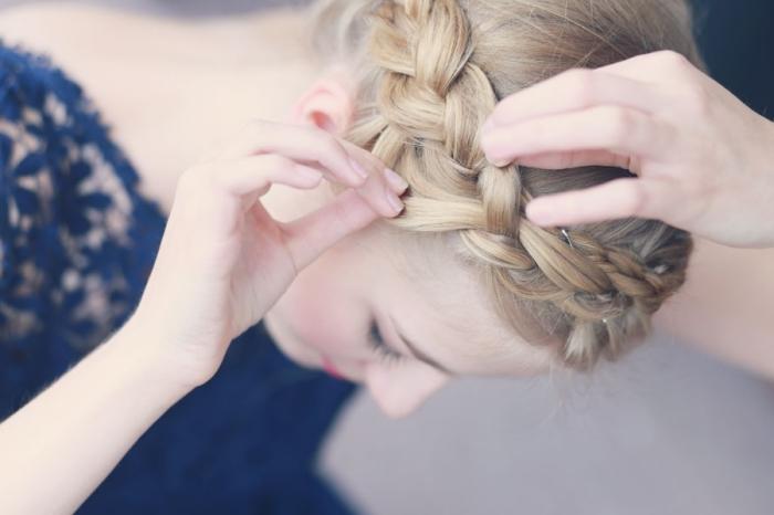 tuto tresse, comment élargir la tresse en utilisant ses doigts, coiffure avec couronne de tresse