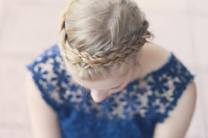 coiffure avec tresse, modèle de coiffure en couronne tressée réalisée avec la technique de tresse diagonale
