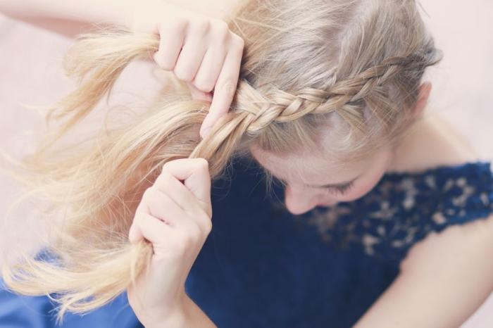 tuto coiffure tresse, comment faire une tresse en diagonale pour former une coiffure en couronne tressée