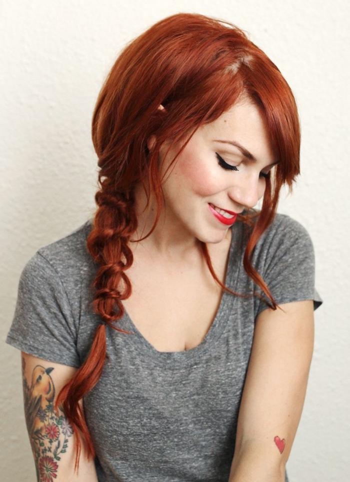 tendance coiffure, coloration de cheveux rouge cuivrés, maquillage avec eye-liner et rouge à lèvres rouge