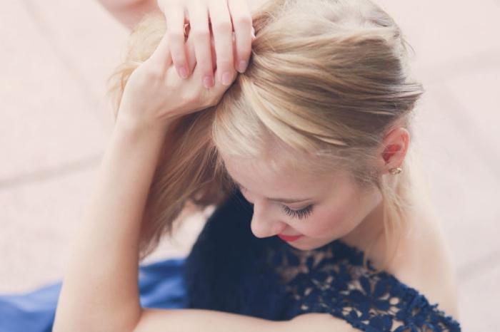 modele de coupe de cheveux, étape à suivre pour réaliser une couronne de tresse en diagonale