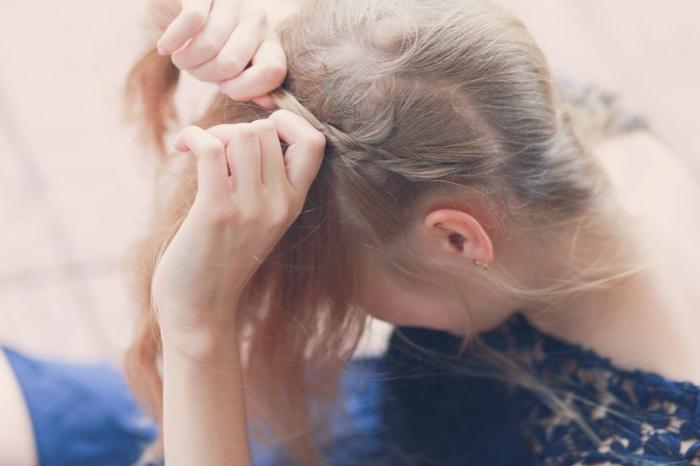 maitriser la technique de tressage en diagonale sur des cheveux longs et fins de couleur blond