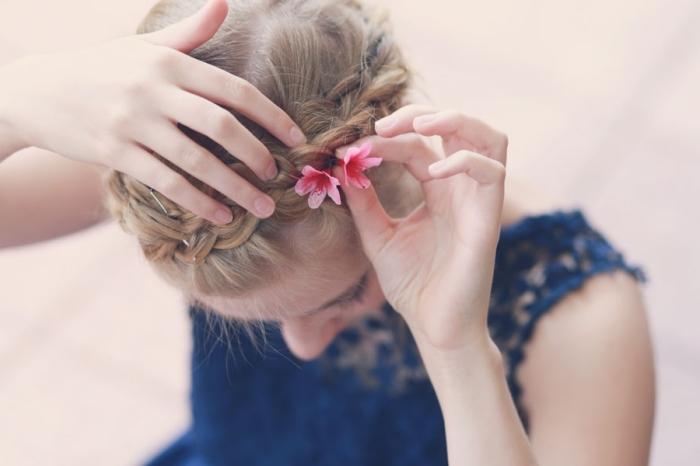 comment poser petites fleurs sur la couronne en tresse diagonale pour réaliser une coiffure romantique