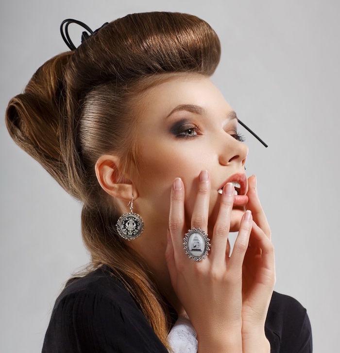 coiffure pin up rockabilly femme chignon années 60