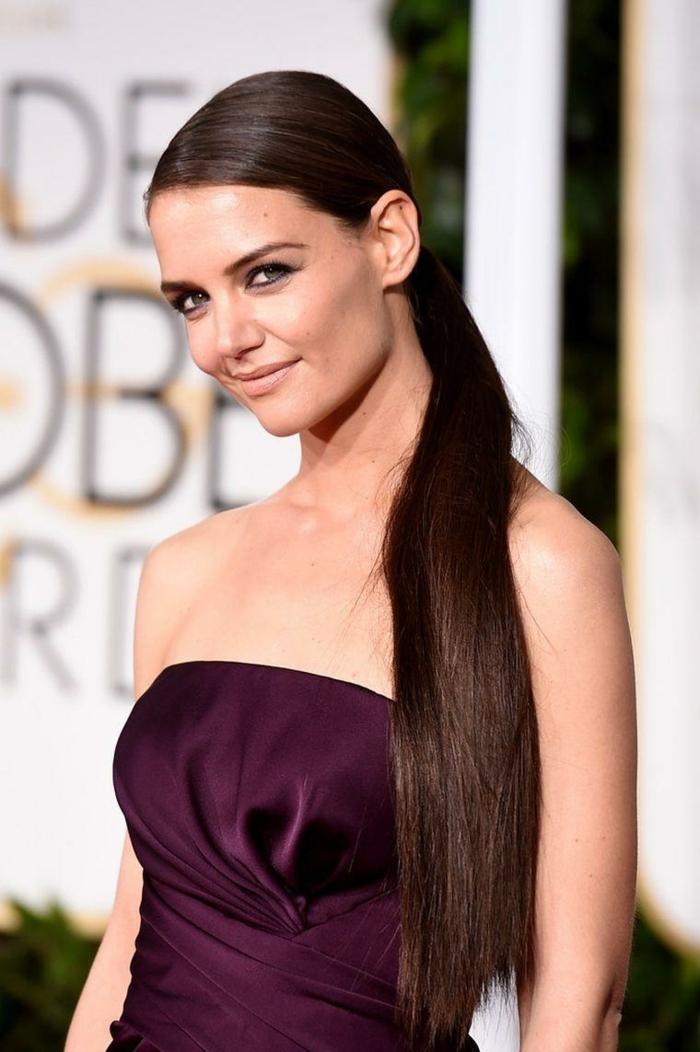 Katie Holmes avec une coiffure facile à faire, robe lilas, maquillage simple