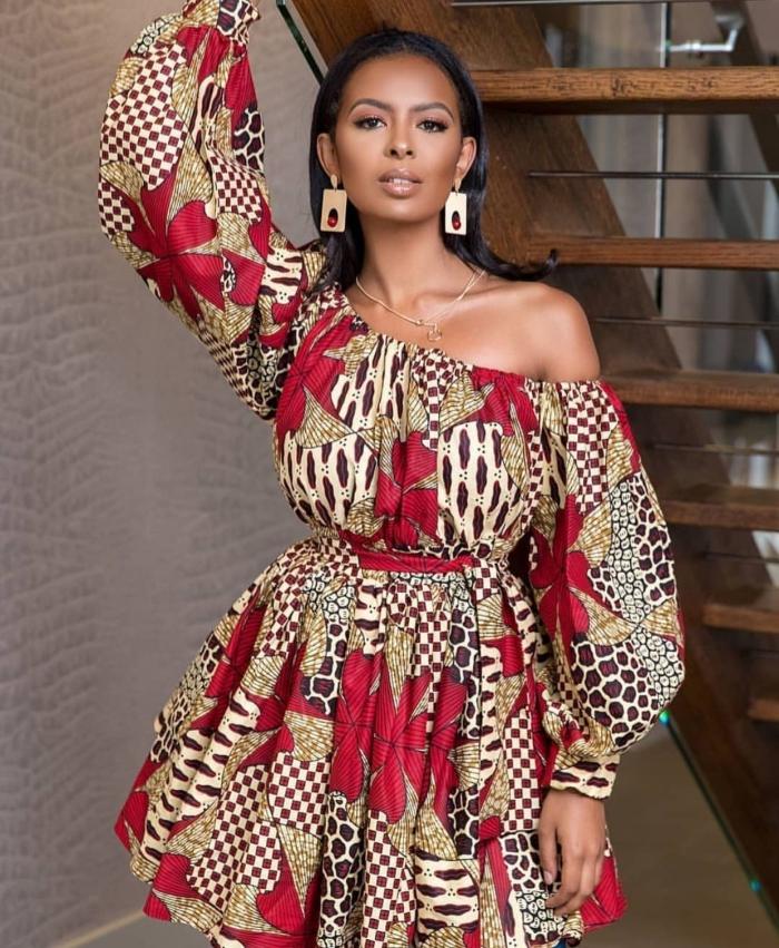 modèle de tunique ceinturée avec manches tombantes, idée tissu pagne wax africain avec fleurs rouges, bijoux ethniques pour femme