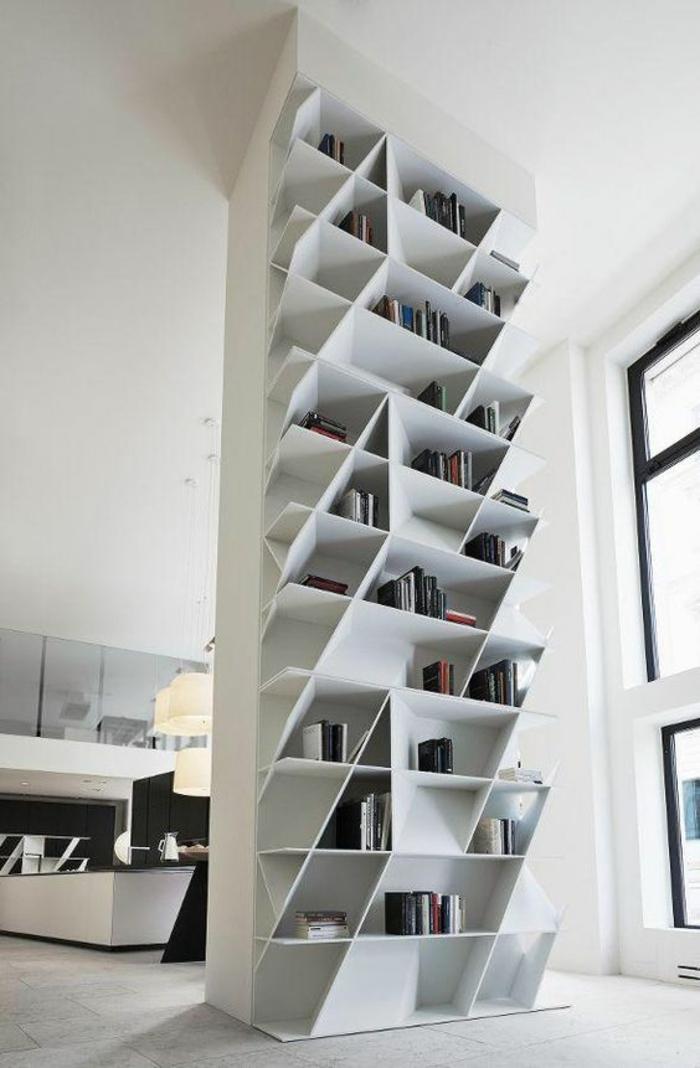 étagère de séparation en forme de colonne toute blanche, étagères diagonales pour les livres tout en hauteur, sol recouvert de parquet blanc