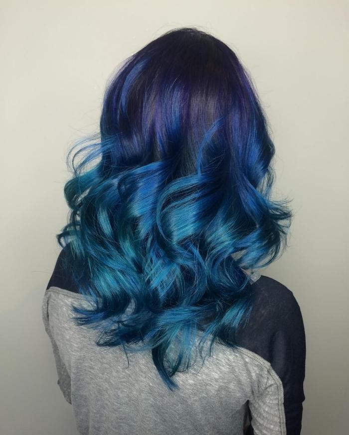 coloration cheveux, coupe de cheveux longs et bouclés avec pointes bleues turquoise et mèches violets sur base noire