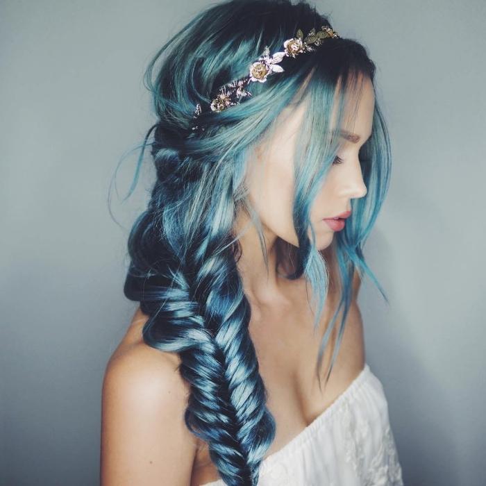 coiffure tie and dye, coloration bleu et vert pastel avec mèches grises sur cheveux longs de base blond