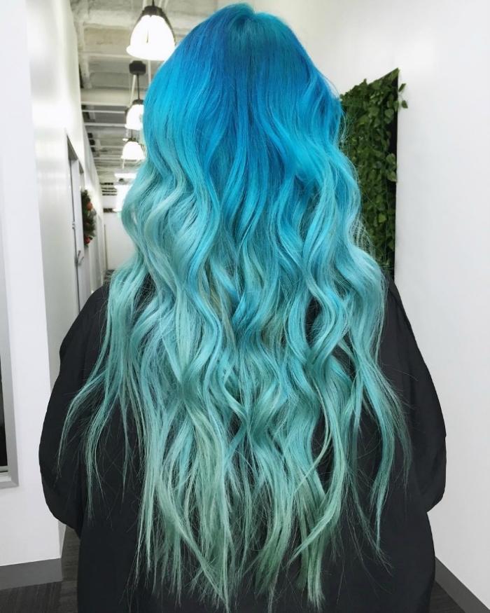 tye and dye, coiffure de cheveux sirène avec coloration ombré en nuances turquoise bleu et vert