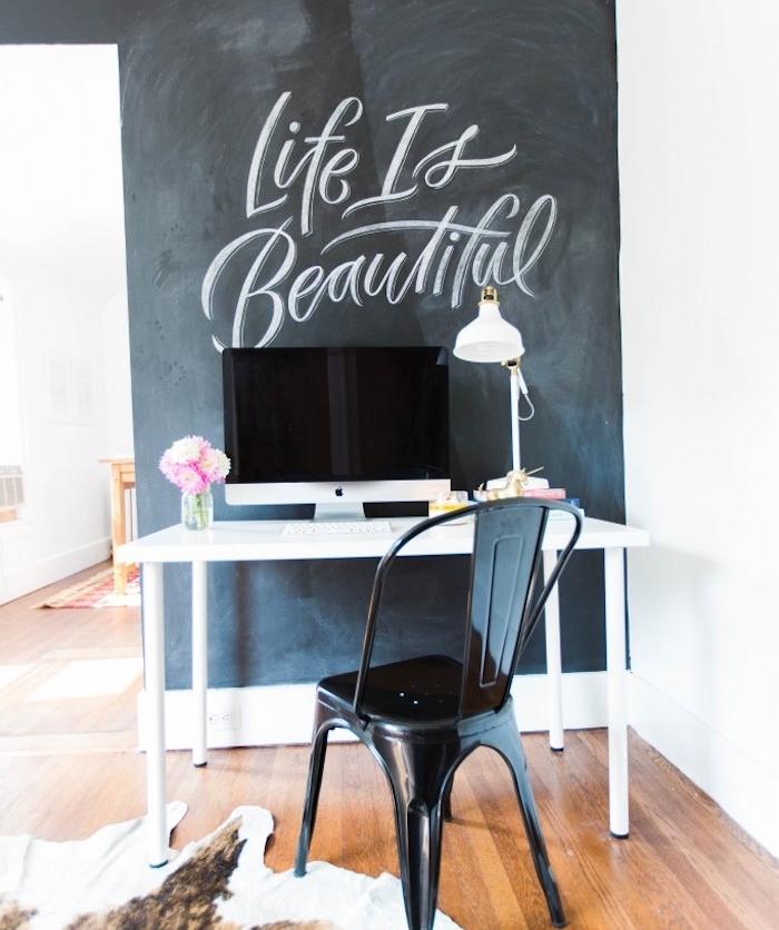 exemple d amenagement coin bureau avec pan de mur en peinture ardoise avec citation imspirante, bureau scandinave blanche et chaise noire industrielle