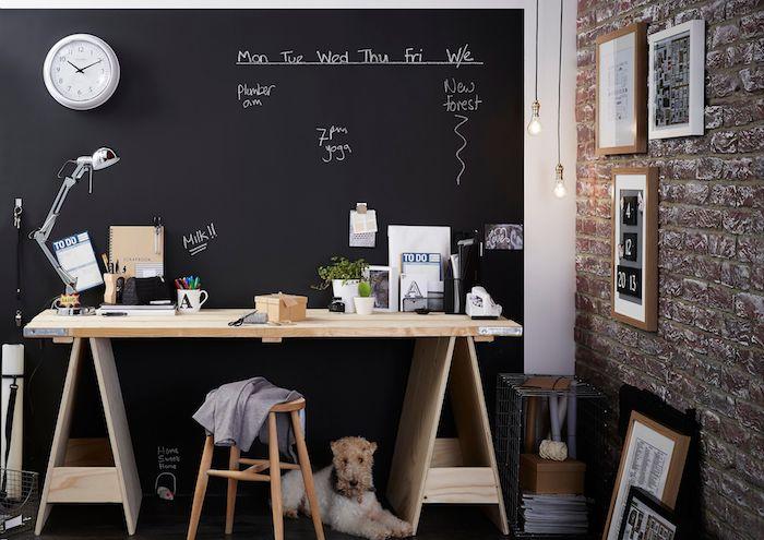 amenagement coin bureau à la mison avec un bureau en bois diy et notes importantes écrites à la craie, mur imitation briques
