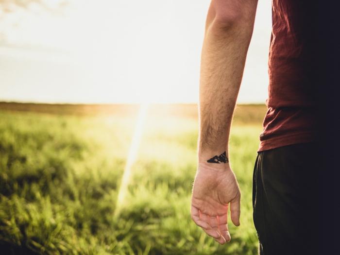 Petit tatouage bracelet détail symbole nordique cool idée tatouage original