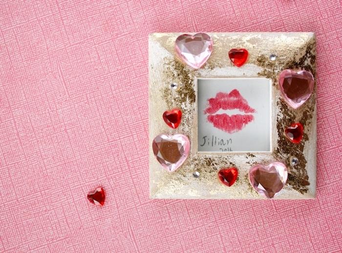 idée cadeau meilleure amie, cadre photo décoré de pierres rose et rouges en forme de coeur, empreintes de levres